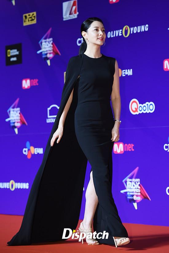 Thảm đỏ MAMA Hồng Kông: Song Joong Ki và Lee Young Ae mê mẩn EXO, Wanna One, Kang Daniel kê cả đầu xuống sàn - Ảnh 6.
