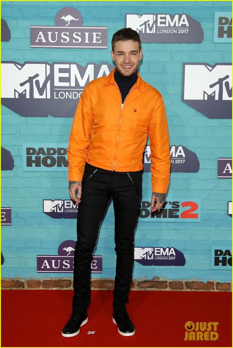 Thảm đỏ EMA 2017: Demi Lovato chỉ mặc mỗi áo vest che vòng 1, áp đảo dàn sao nữ về độ sexy - Ảnh 13.