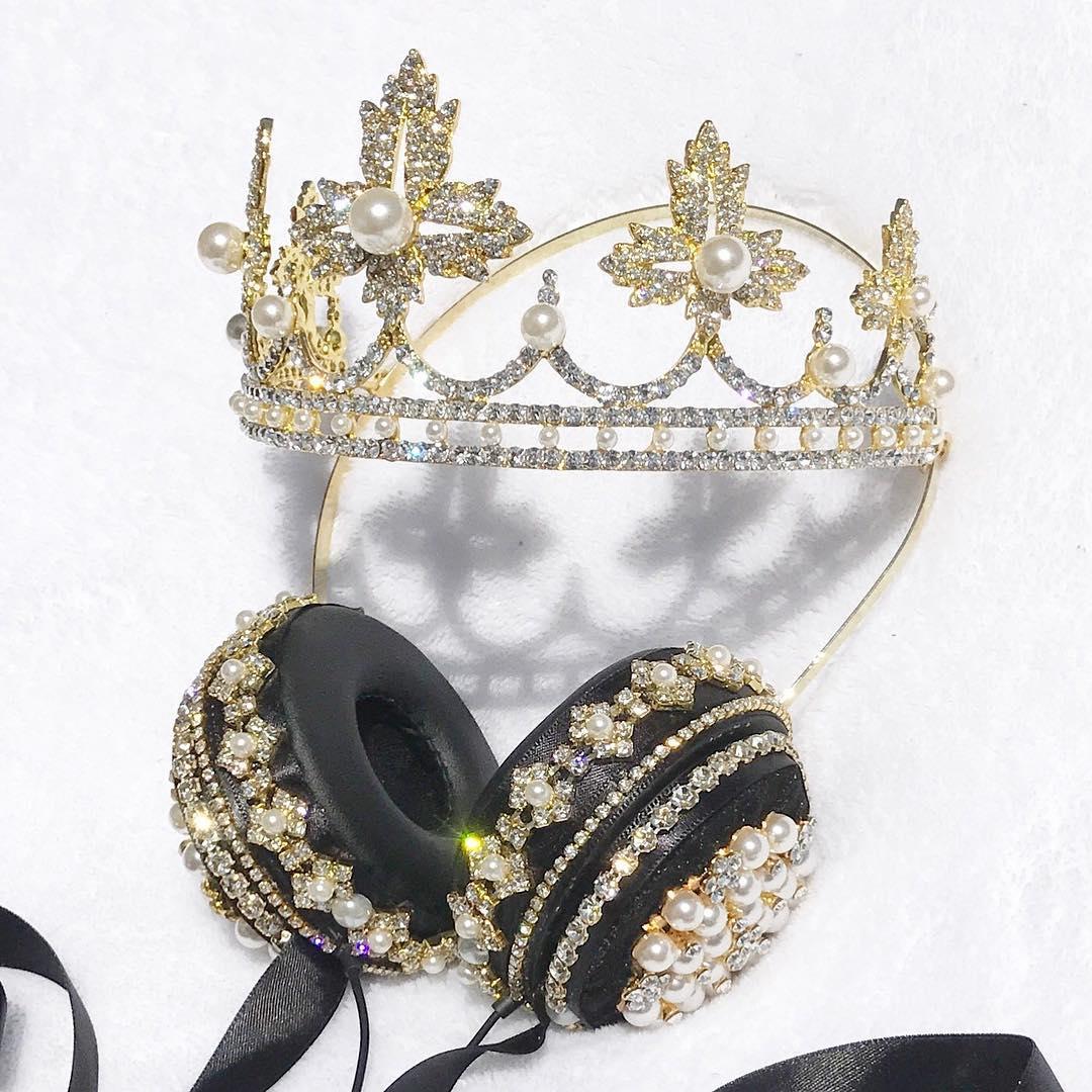 Tai nghe gắn vương miện lấp lánh biến bạn thành một DJ hoàng gia mỗi khi nghe nhạc - Ảnh 1.