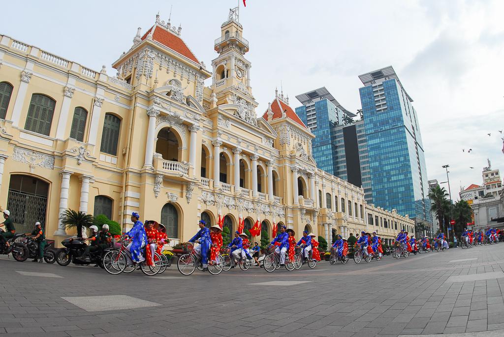 Chú rể bật khóc vì hạnh phúc trong Lễ cưới tập thể của 100 đôi uyên ương ở Sài Gòn - Ảnh 1.