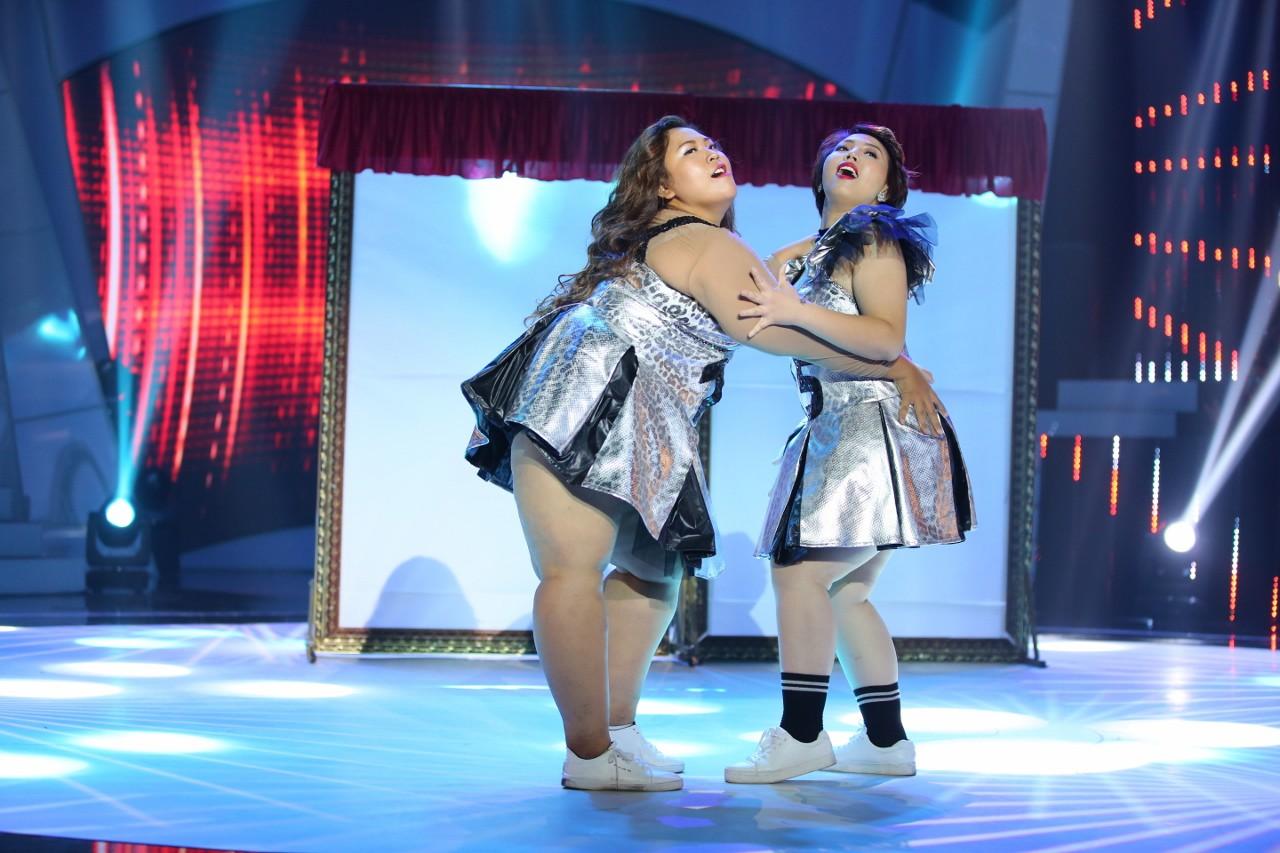Thanh Huyền (phải) đã giảm được 5,5kg trong đêm thi đầu tiên