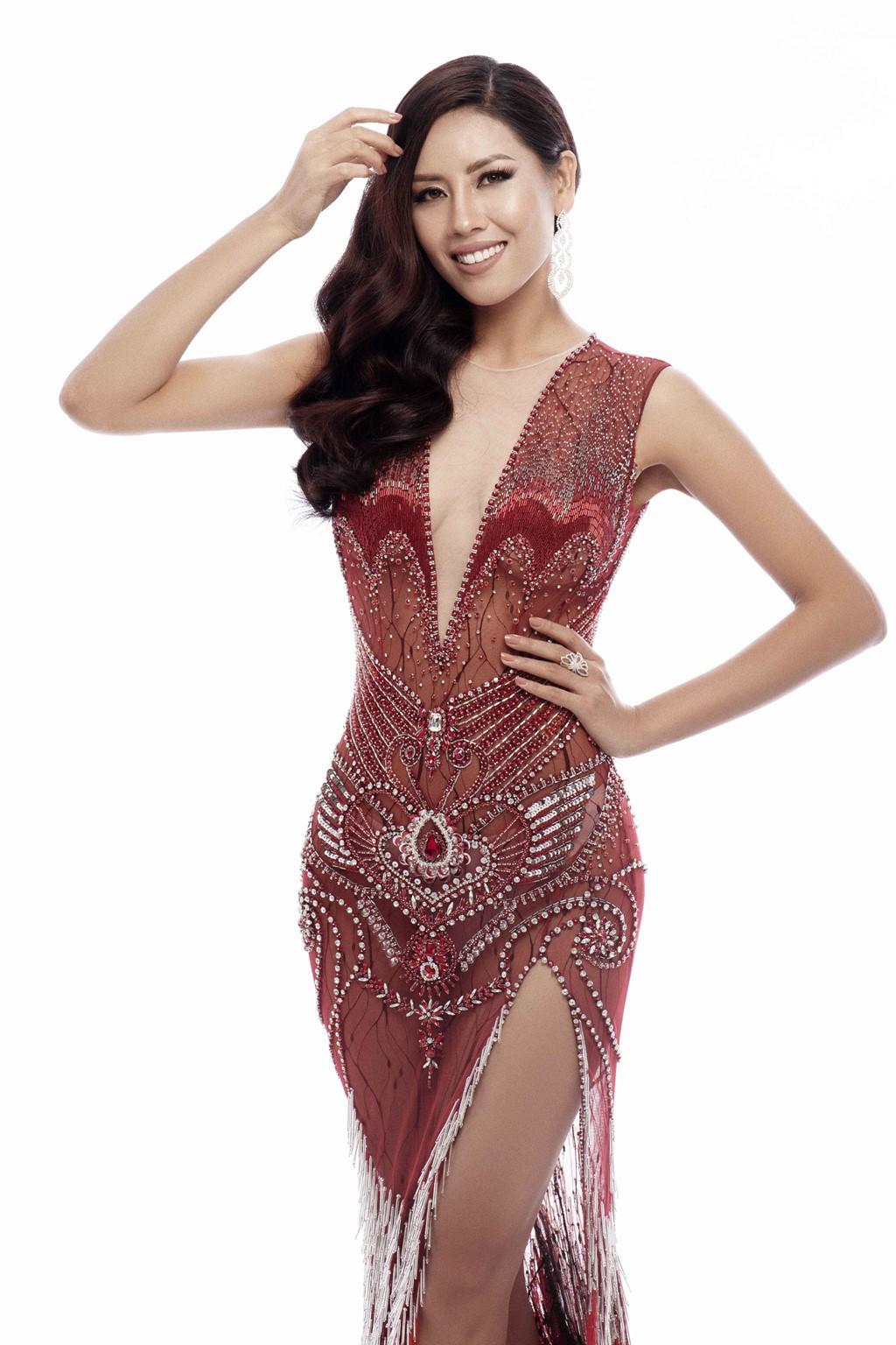 Nguyễn Thị Loan khoe trọn vóc dáng nóng bỏng trong trang phục dạ hội xuyên thấu tại Miss Universe - Ảnh 1.
