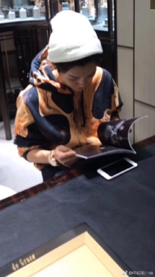 Luhan bị bắt gặp ngượng ngùng đi mua nhẫn, phải chăng muốn cầu hôn Quan Hiểu Đồng? - Ảnh 3.