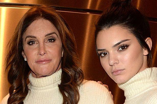 Kendall và Kylie Jenner xấu hổ ngăn người bố chuyển giới chụp hình khỏa thân - Ảnh 2.