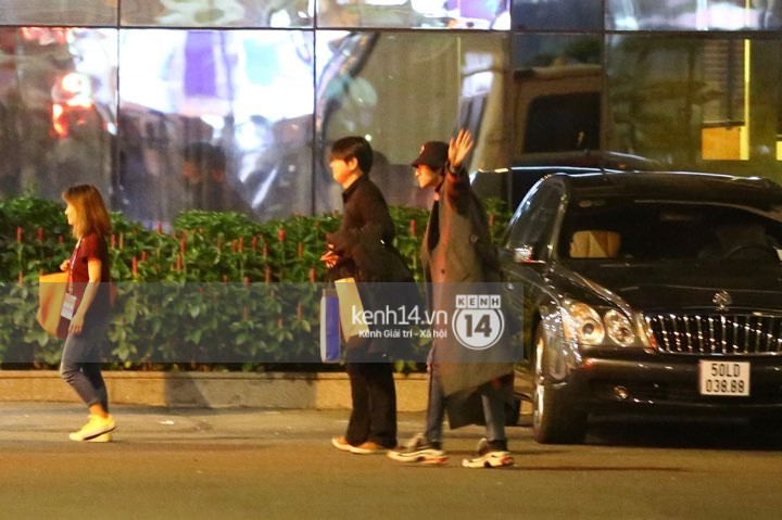Hình ảnh đối lập: Kết thúc MAMA, Samuel khí thế vẫy tay chào fan Việt, Wanna One ngủ say mặc kệ người hâm mộ - Ảnh 2.