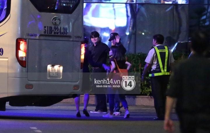 Hình ảnh đối lập: Kết thúc MAMA, Samuel khí thế vẫy tay chào fan Việt, Wanna One ngủ say mặc kệ người hâm mộ - Ảnh 3.