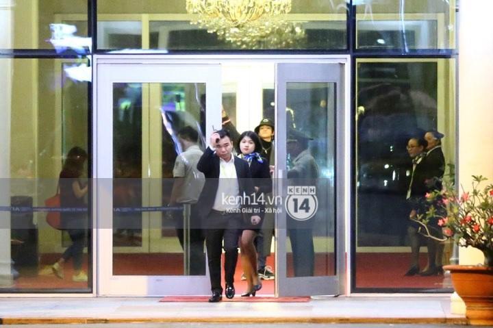 Hình ảnh đối lập: Kết thúc MAMA, Samuel khí thế vẫy tay chào fan Việt, Wanna One ngủ say mặc kệ người hâm mộ - Ảnh 10.