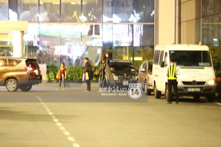 Hình ảnh đối lập: Kết thúc MAMA, Samuel khí thế vẫy tay chào fan Việt, Wanna One ngủ say mặc kệ người hâm mộ - Ảnh 5.