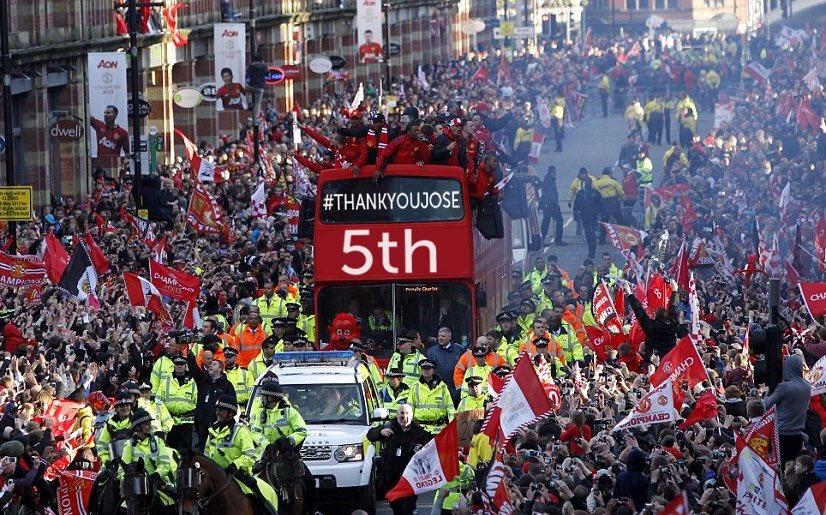 Man Utd diễu hành ăn mừng thoát biệt danh chú Sáu - Ảnh 2.