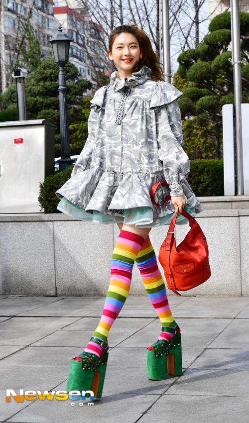 Chân dài xứ Hàn diện tất cầu vồng đi giày 50cm, át vía cả Sooyoung lẫn Goo Hara - Ảnh 1.