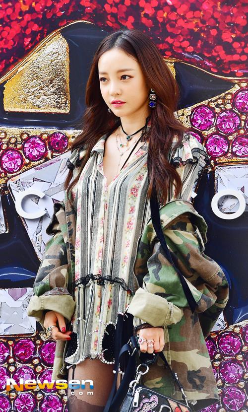 Chân dài xứ Hàn diện tất cầu vồng đi giày 50cm, át vía cả Sooyoung lẫn Goo Hara - Ảnh 7.