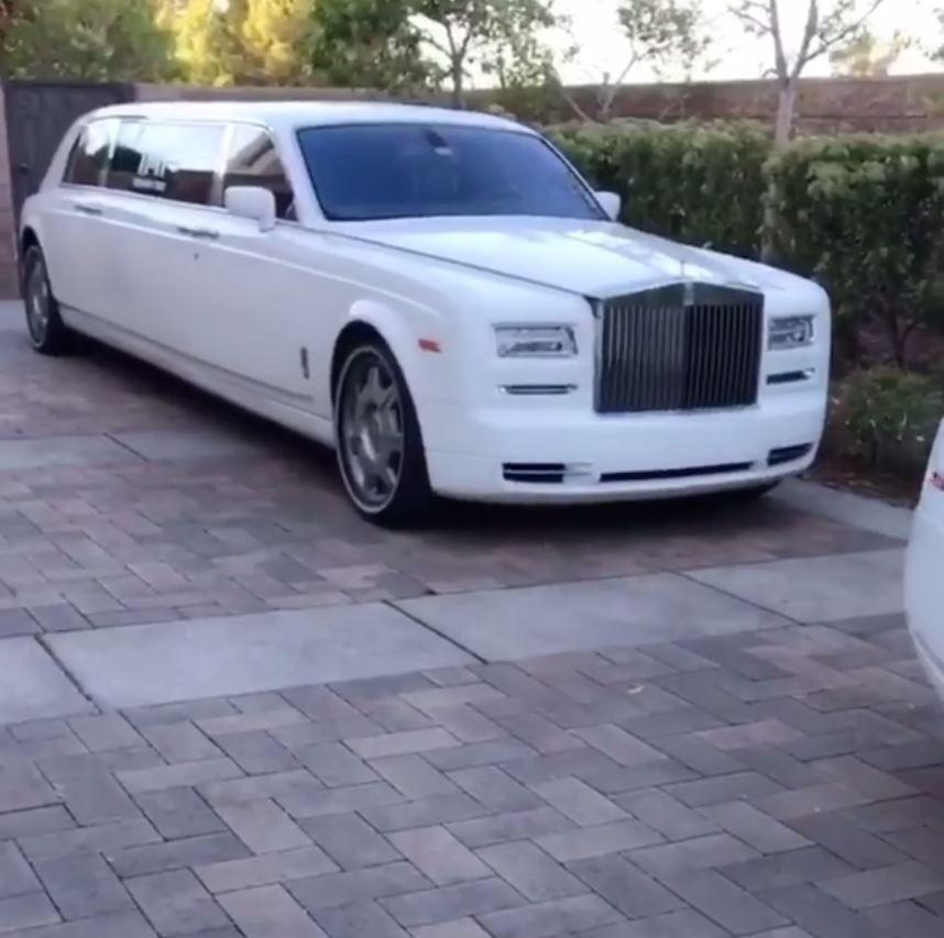 Mayweather khoe 6 siêu xe Rolls-Royce màu trắng trị giá hơn 62 tỷ đồng - Ảnh 2.