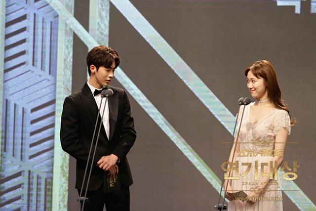 Những khoảnh khắc tình bể bình minh chứng cặp đôi YG Lee Sung Kyung và Nam Joo Hyuk là chân ái - Ảnh 11.