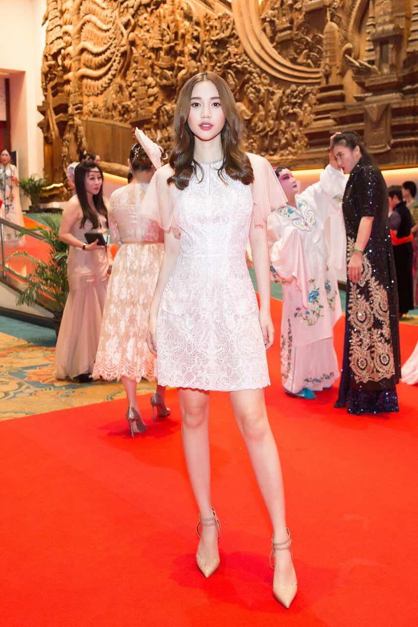 Chân dài thay thế Ngọc Trinh tươi tắn, tự tin đọ sắc với Hoa hậu chuyển giới Thái Lan - Ảnh 1.