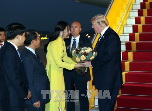Dân mạng sốt sắng tìm danh tính cô gái tặng hoa cho Tổng thống Mỹ Donald Trump - Ảnh 1.