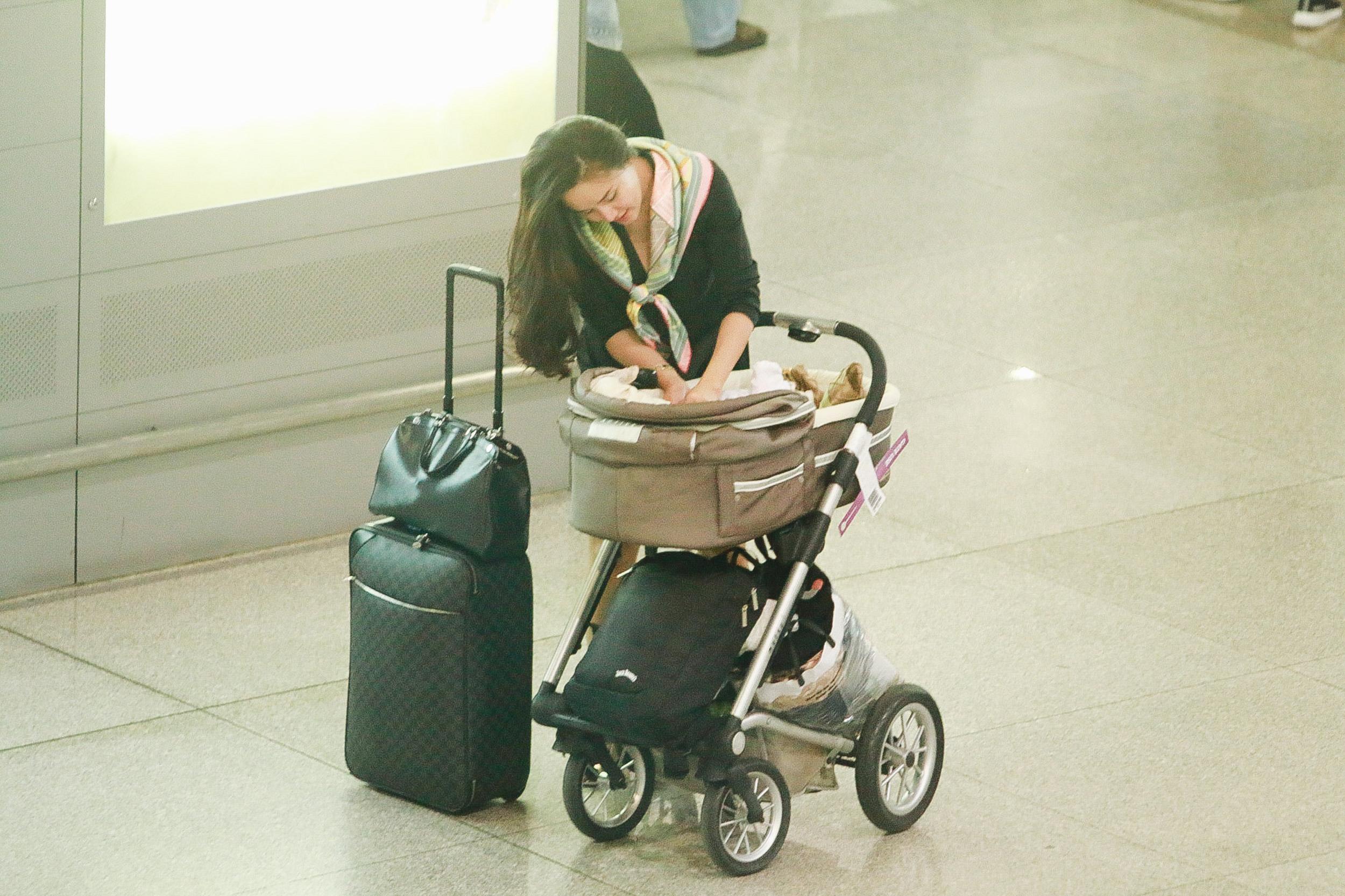 Vy Oanh lần đầu công khai lộ diện với ông xã, cả gia đình cùng trở về từ Mỹ thăm mẹ ốm nặng - Ảnh 6.