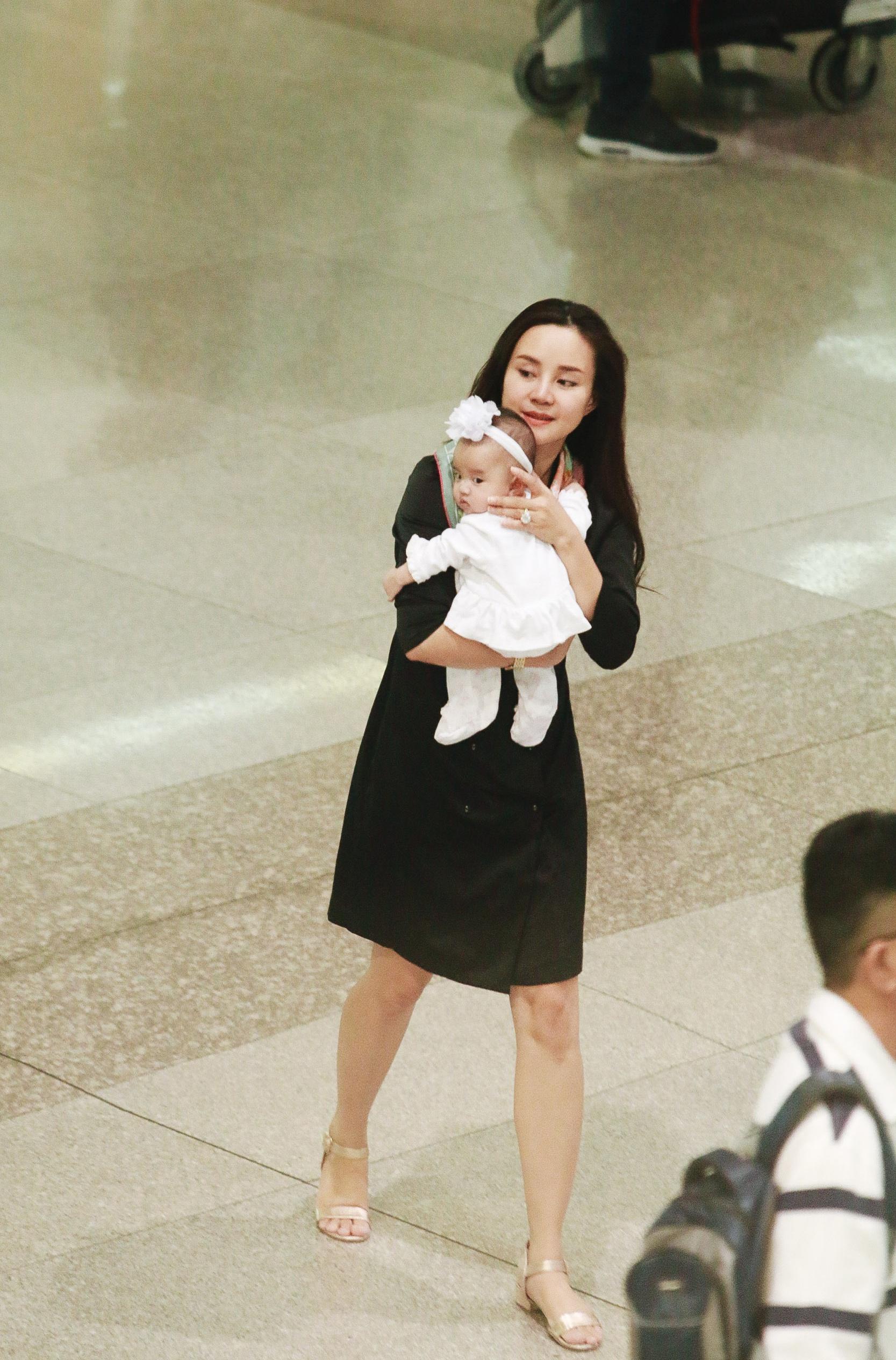 Vy Oanh lần đầu công khai lộ diện với ông xã, cả gia đình cùng trở về từ Mỹ thăm mẹ ốm nặng - Ảnh 2.