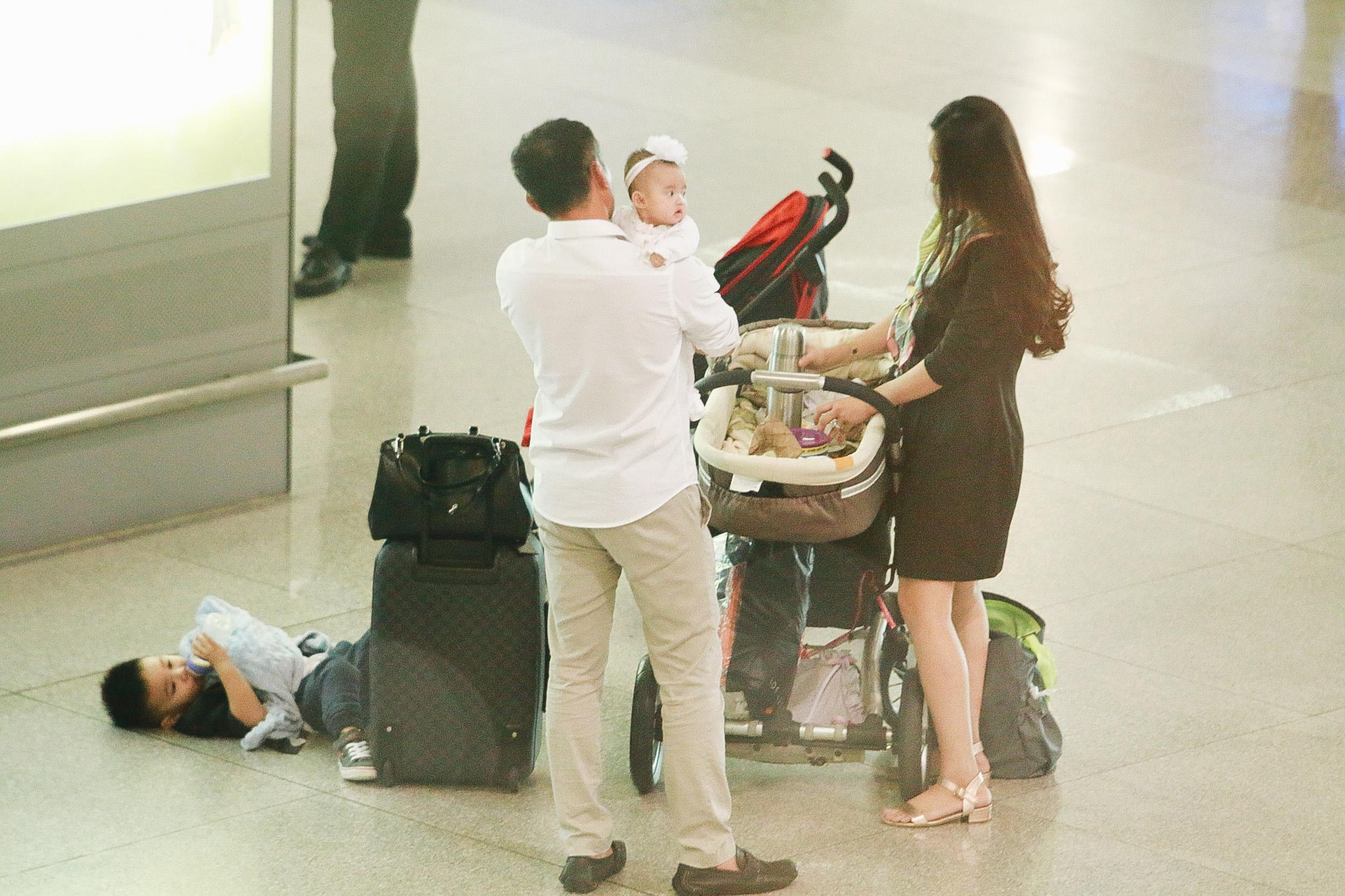 Vy Oanh lần đầu công khai lộ diện với ông xã, cả gia đình cùng trở về từ Mỹ thăm mẹ ốm nặng - Ảnh 4.