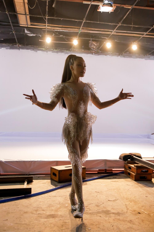 Hồ Quỳnh Hương diện jumpsuit xuyên thấu, tự tin khoe vũ đạo sau rất lâu tạm xa dòng nhạc Dance - Ảnh 3.
