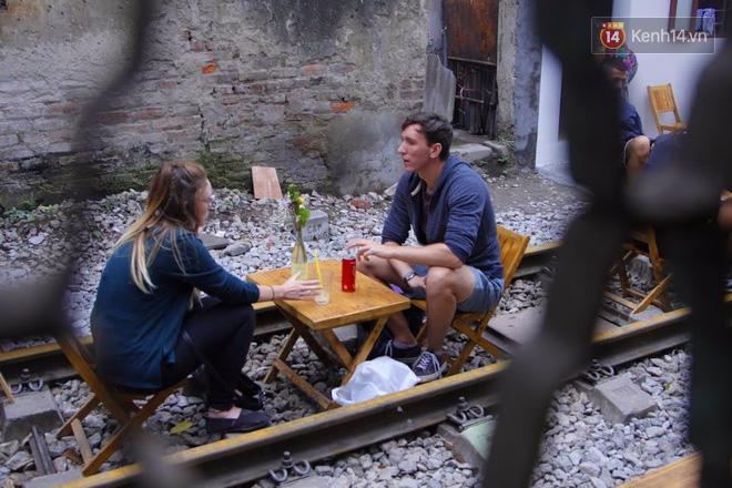 Lạ lùng nhiều vị khách cả Tây lẫn Ta vô tư ngồi giữa đường tàu ở Hà Nội để uống cà phê, chụp ảnh kỉ niệm - Ảnh 6.