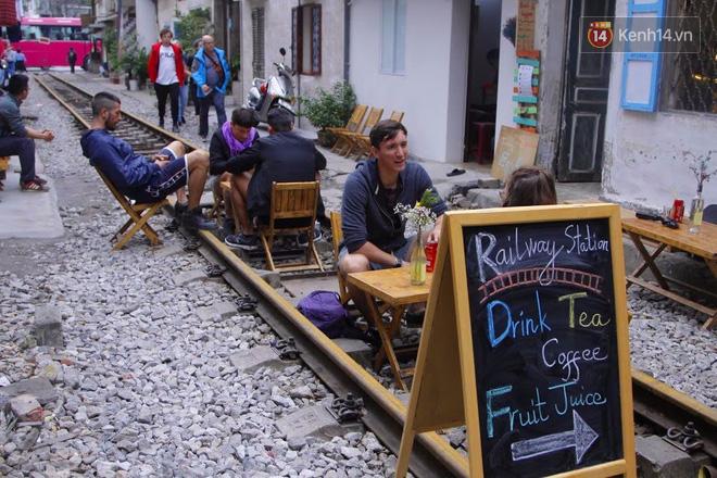 Lạ lùng nhiều vị khách cả Tây lẫn Ta vô tư ngồi giữa đường tàu ở Hà Nội để uống cà phê, chụp ảnh kỉ niệm - Ảnh 1.