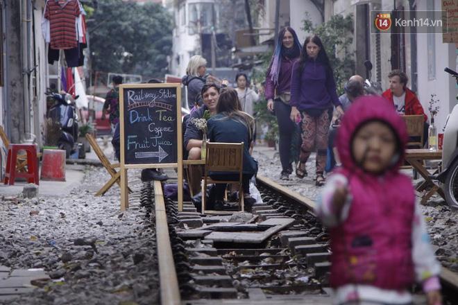 Lạ lùng nhiều vị khách cả Tây lẫn Ta vô tư ngồi giữa đường tàu ở Hà Nội để uống cà phê, chụp ảnh kỉ niệm - Ảnh 12.
