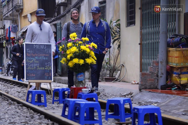 Lạ lùng nhiều vị khách cả Tây lẫn Ta vô tư ngồi giữa đường tàu ở Hà Nội để uống cà phê, chụp ảnh kỉ niệm - Ảnh 4.