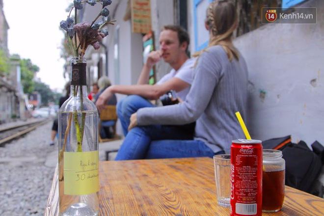 Lạ lùng nhiều vị khách cả Tây lẫn Ta vô tư ngồi giữa đường tàu ở Hà Nội để uống cà phê, chụp ảnh kỉ niệm - Ảnh 7.