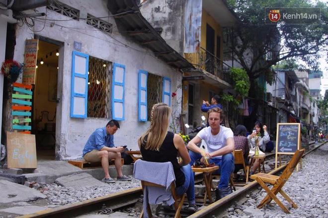 Lạ lùng nhiều vị khách cả Tây lẫn Ta vô tư ngồi giữa đường tàu ở Hà Nội để uống cà phê, chụp ảnh kỉ niệm - Ảnh 3.