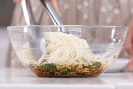 Mì lạnh kiểu Thái cực dễ làm cho bữa trưa ngày nóng - Ảnh 6.