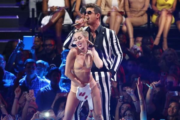 Không còn khỏa thân nổi loạn, Miley giờ flop đến nỗi bán album thua cả Demi và Shania Twain - Ảnh 1.