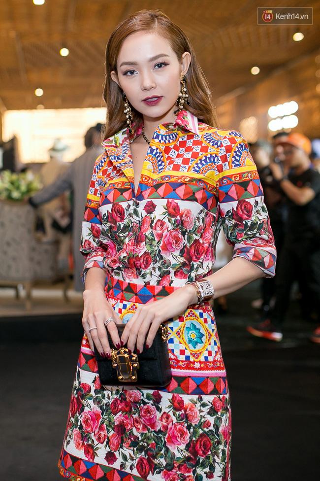 Cùng chọn đồ của một hãng, Minh Hằng và Hà Hồ trông na ná nhau vì đụng ý tưởng từ trang phục tới style trang điểm - Ảnh 1.