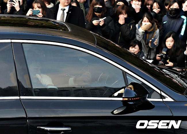 Trong tang lễ Jonghyun, có những người cố nín khóc: Anh cứ an tâm ra đi, chúng em ở lại sẽ cố thay anh mạnh mẽ - Ảnh 7.