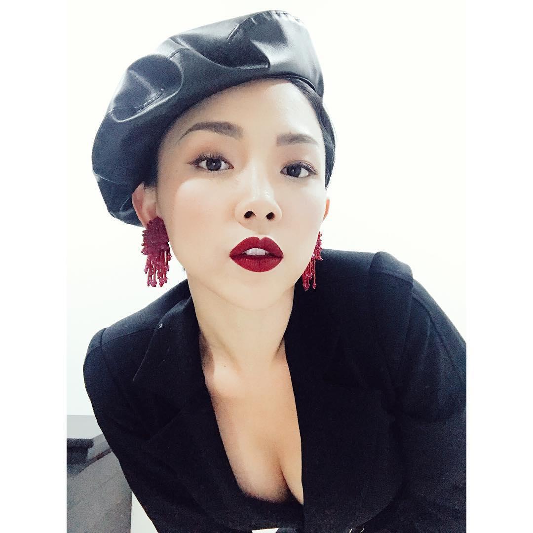 Đăng ảnh Hà Hồ đội mũ nồi và bình luận về cách đội đúng, liệu stylist Lê Minh Ngọc có ngầm đá xéo Chi Pu? - Ảnh 8.