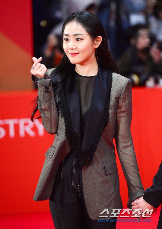 Thảm đỏ hot nhất hôm nay: Yoona khoe lưng trần bên tài tử Jang Dong Gun, sao Vì sao đưa anh tới lộ hàng - Ảnh 17.
