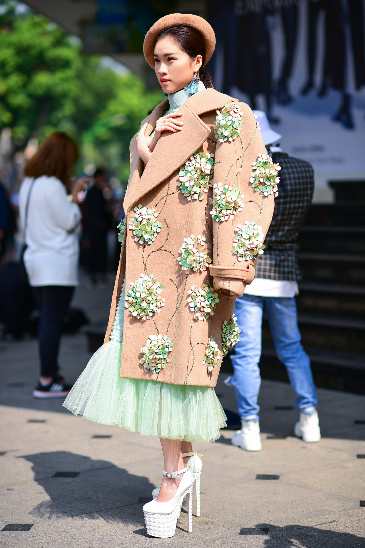 Street style VIFW ngày 4: Bộ tứ Vietnams Next Top Model diện tông trầm nhưng nổi bật, giới trẻ Hà Thành vẫn chung thủy với màu mè - Ảnh 1.