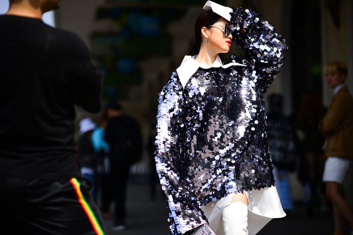 Street style VIFW ngày 4: Bộ tứ Vietnams Next Top Model diện tông trầm nhưng nổi bật, giới trẻ Hà Thành vẫn chung thủy với màu mè - Ảnh 2.