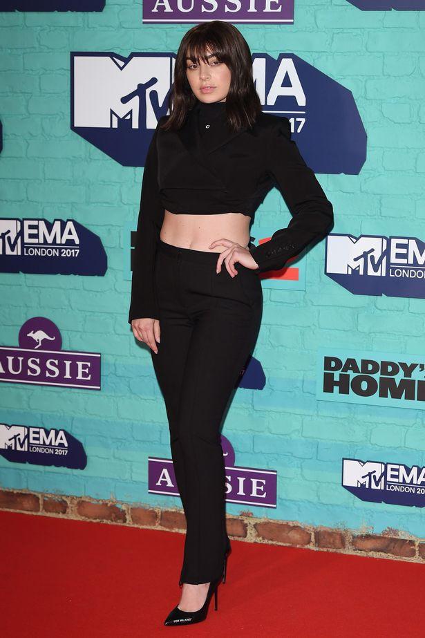 Thảm đỏ EMA 2017: Demi Lovato chỉ mặc mỗi áo vest che vòng 1, áp đảo dàn sao nữ về độ sexy - Ảnh 9.
