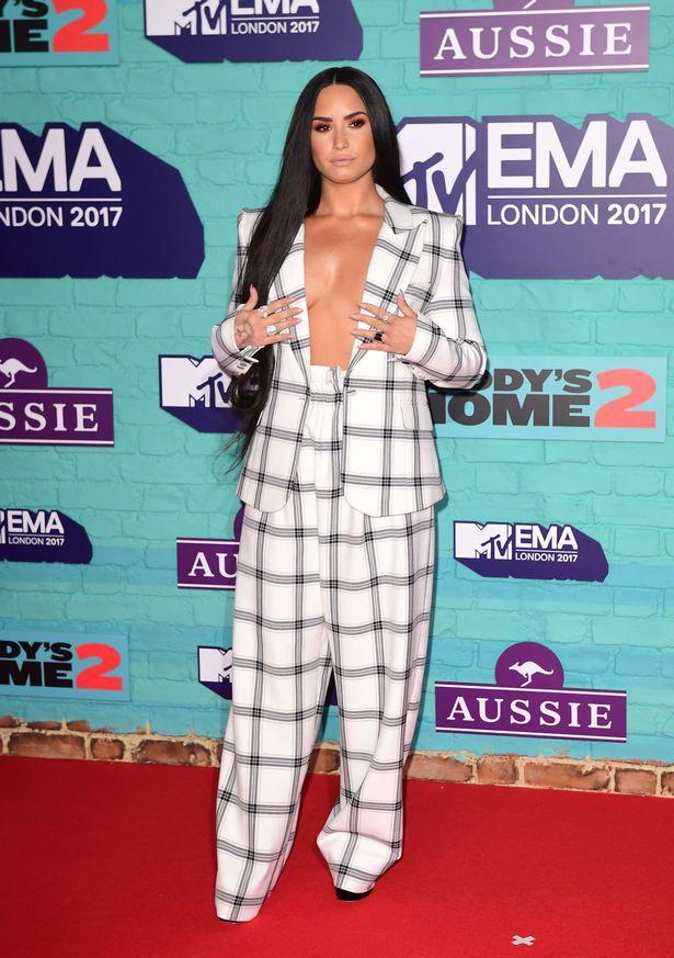 Thảm đỏ EMA 2017: Demi Lovato chỉ mặc mỗi áo vest che vòng 1, áp đảo dàn sao nữ về độ sexy - Ảnh 2.