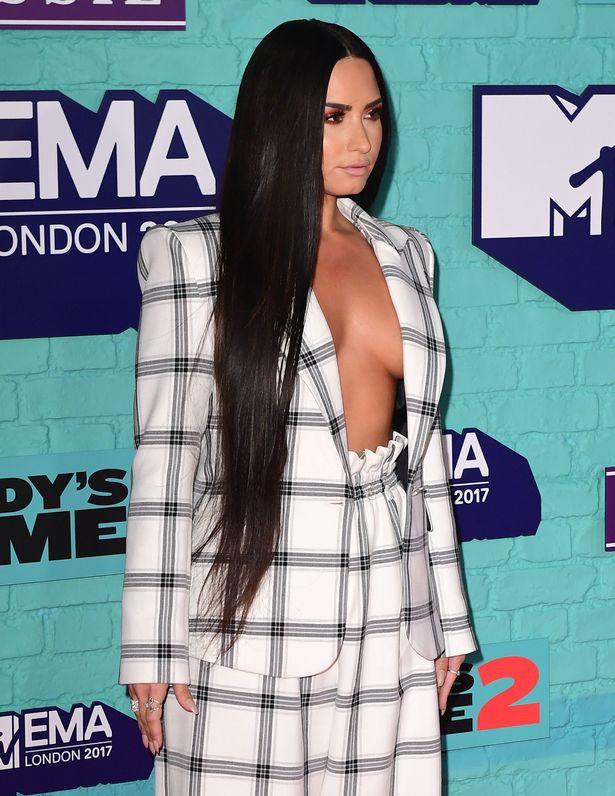 Thảm đỏ EMA 2017: Demi Lovato chỉ mặc mỗi áo vest che vòng 1, áp đảo dàn sao nữ về độ sexy - Ảnh 3.