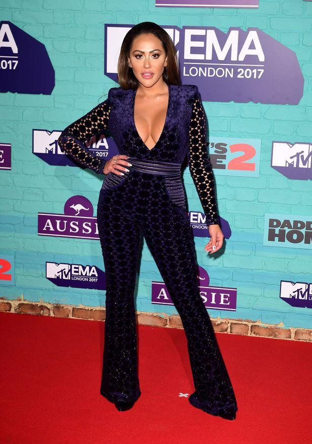 Thảm đỏ EMA 2017: Demi Lovato chỉ mặc mỗi áo vest che vòng 1, áp đảo dàn sao nữ về độ sexy - Ảnh 4.