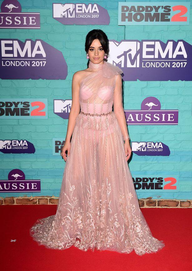 Thảm đỏ EMA 2017: Demi Lovato chỉ mặc mỗi áo vest che vòng 1, áp đảo dàn sao nữ về độ sexy - Ảnh 5.