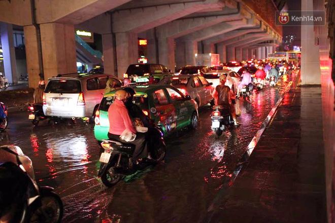 Hà Nội: Tắc đường kinh hoàng giờ tan tầm sau mưa lớn, di chuyển 3km cũng mất tới 1 tiếng đồng hồ! - Ảnh 3.
