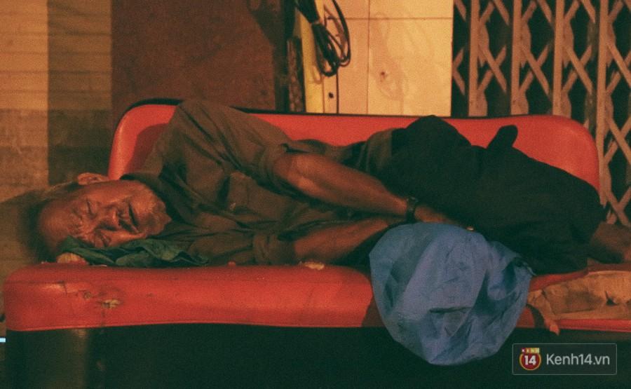 Người vô gia cư co ro bên vỉa hè đường An Dương Vương (quận 5).