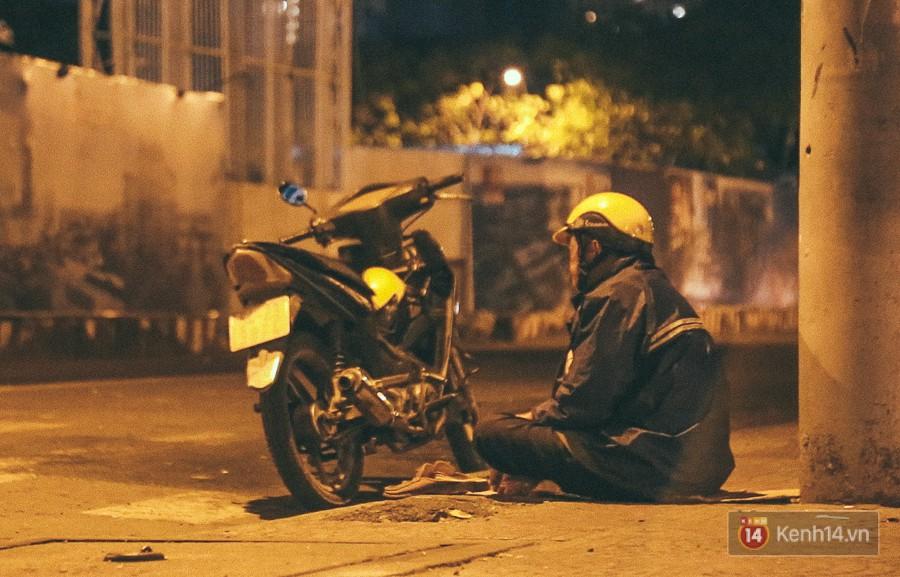 Những người xe ôm trong đêm phải mặc áo mưa mới ấm được cơ thể.