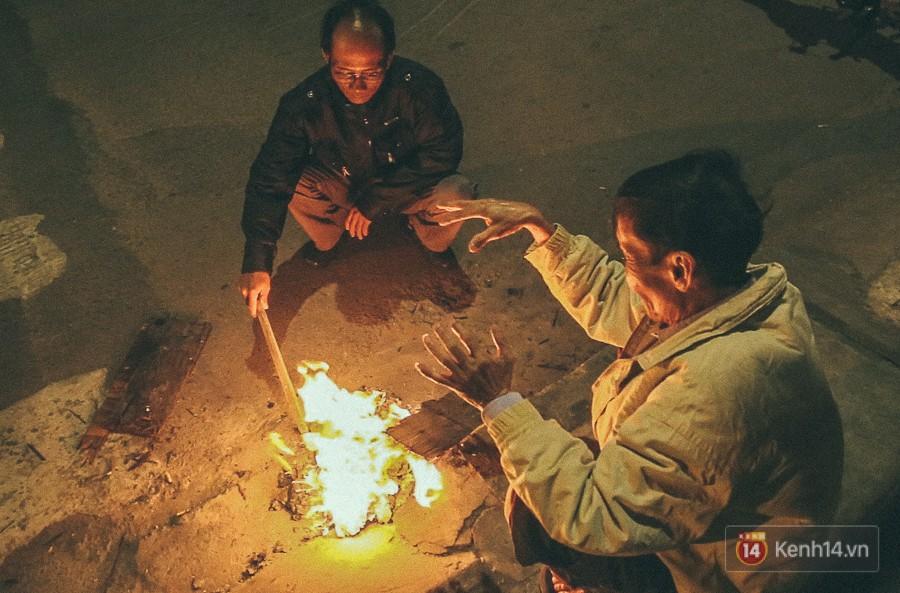 Đốt lửa bên lề đường để mọi người cùng sưởi ấm.