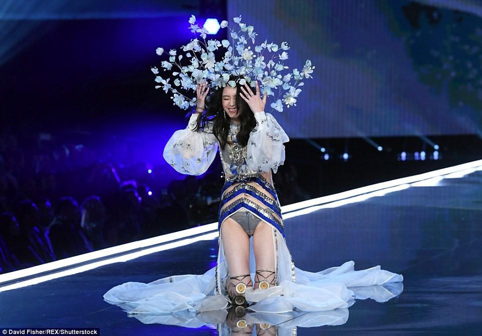 4 sự kiện thời trang gây ồn ào nhất trong năm qua của Cbiz - Ảnh 15.