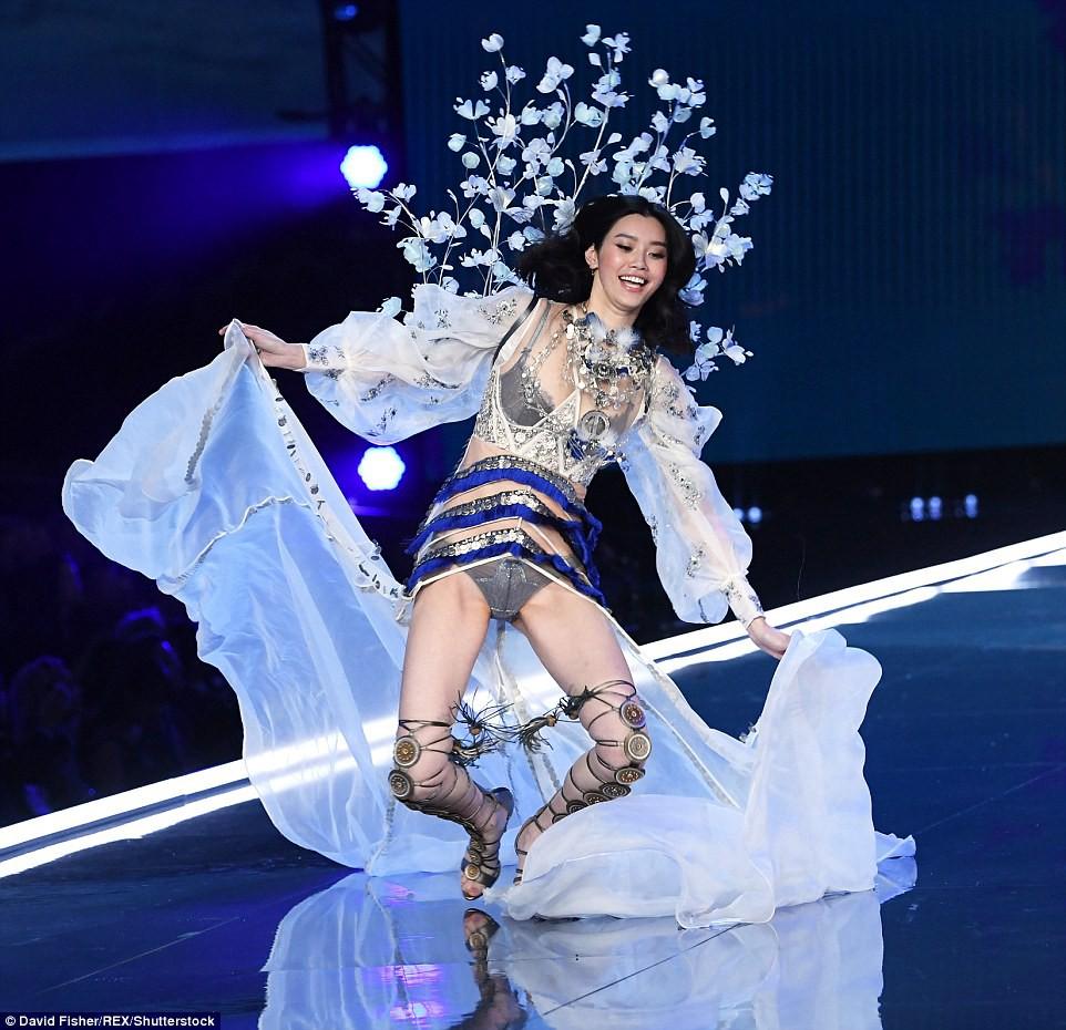 Victorias Secret Fashion Show 2017: Ming Xi bất ngờ ngã sấp mặt khi đang trình diễn - Ảnh 4.