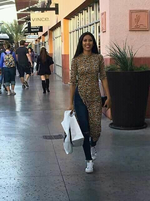 Đi thi Miss Universe mà không hiểu sao Nguyễn Thị Loan lại mặc áo dài với quần jeans rách và váy khiến người ta tưởng là đồ ngủ - Ảnh 2.