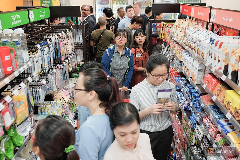 Khách xếp hàng dài vào mua sắm ở 7-Eleven Sài Gòn trong ngày đầu tiên mở cửa - Ảnh 4.